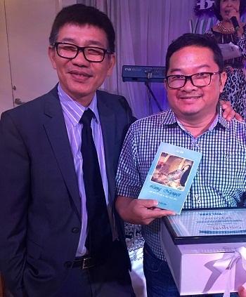 Hư Vô trao giải thơ hạng nhất cho thí sinh trúng giải